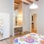 Dormitorio principal con escritorio, armario y baño