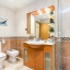 Fürdőszoba hidromasszázs káddal és zuhanyzóval