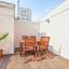 Møbleret terrasse med planter og træ pyntede