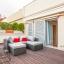 Romslig møblert terrasse