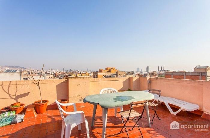 Gran terrassa amb mobiliari