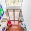 Blick auf Wohnzimmer durch Dachfenster